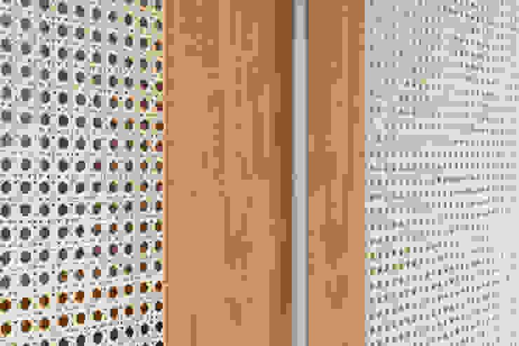 Dettaglio della cabina armadio passante, in rovere, legno laccato e paglia viennese di PLUS ULTRA studio Eclettico Rattan / Vimini Turchese