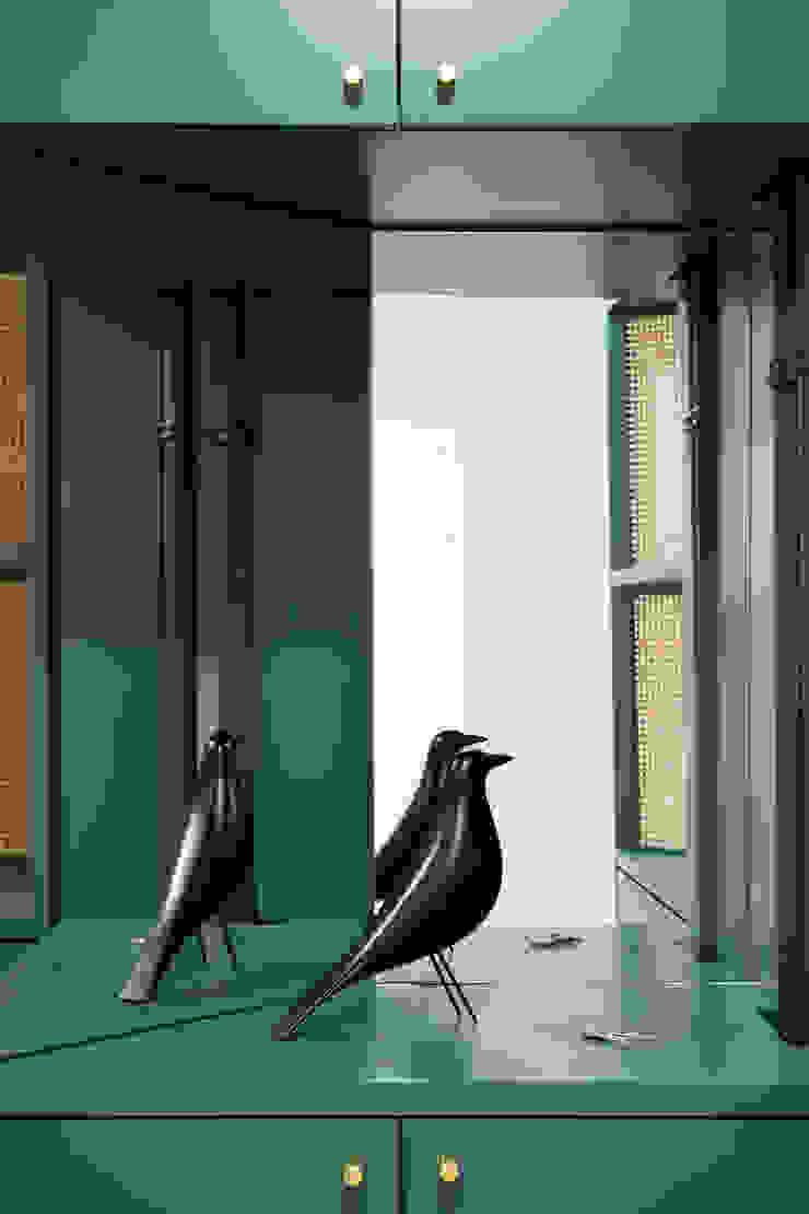 Dettaglio dell'arredo dell'ingresso su misura, in legno laccato, paglia di vienna e specchio di PLUS ULTRA studio Eclettico Legno Effetto legno