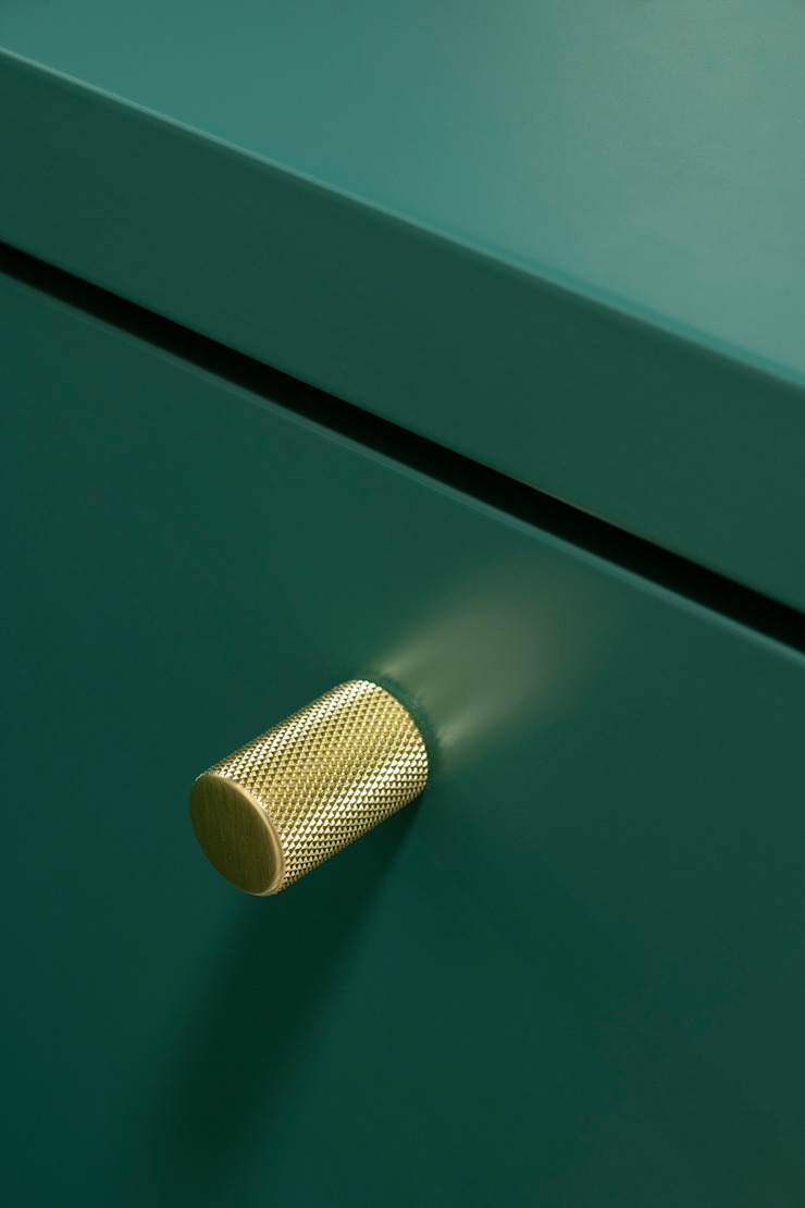 Dettaglio dell'arredo dell'ingresso su misura, in legno laccato e maniglie in ottone di PLUS ULTRA studio Eclettico Metallo