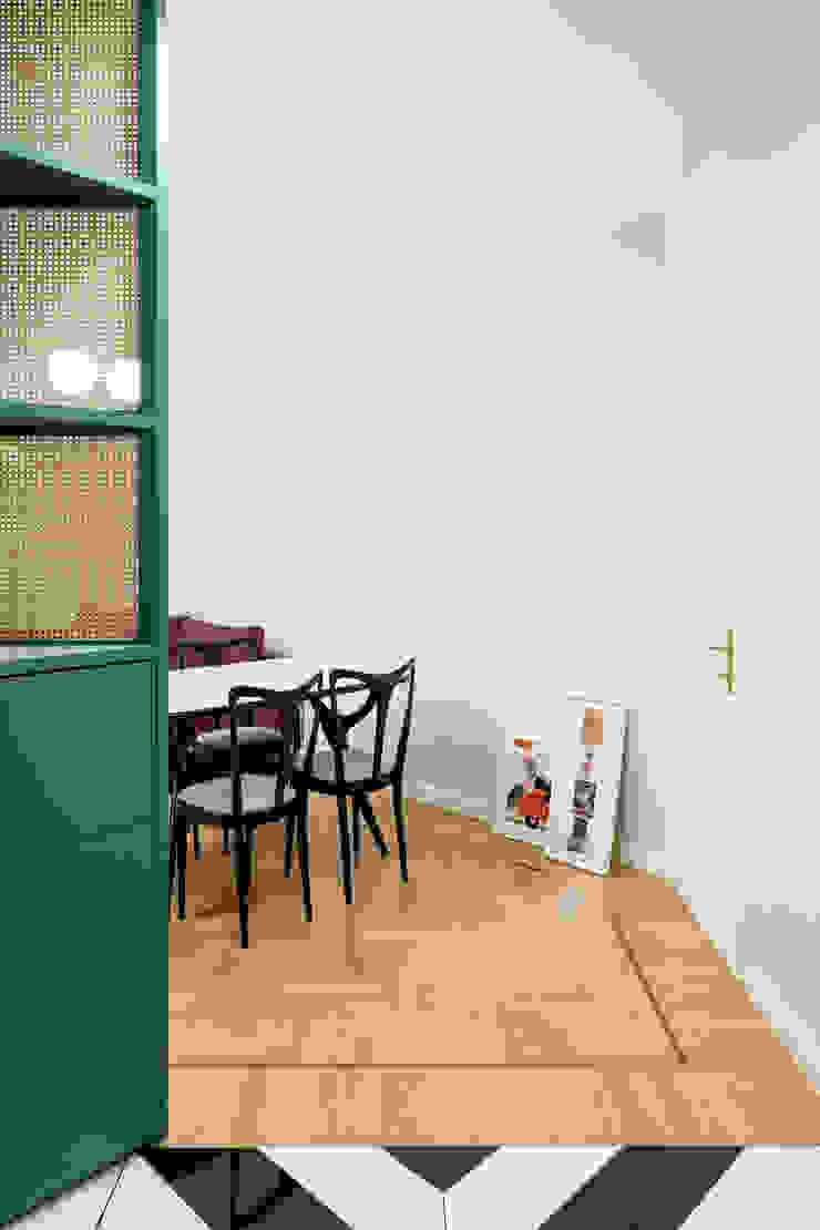Vista dall'ingresso verso il soggiorno Ingresso, Corridoio & Scale in stile eclettico di PLUS ULTRA studio Eclettico Legno Effetto legno
