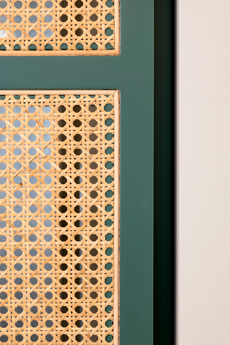 Dettaglio dell'arredo dell'ingresso in legno e paglia viennese di PLUS ULTRA studio Eclettico Rattan / Vimini Turchese