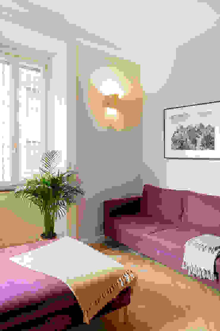 il soggiorno con appliques vintage in ottone Soggiorno eclettico di PLUS ULTRA studio Eclettico