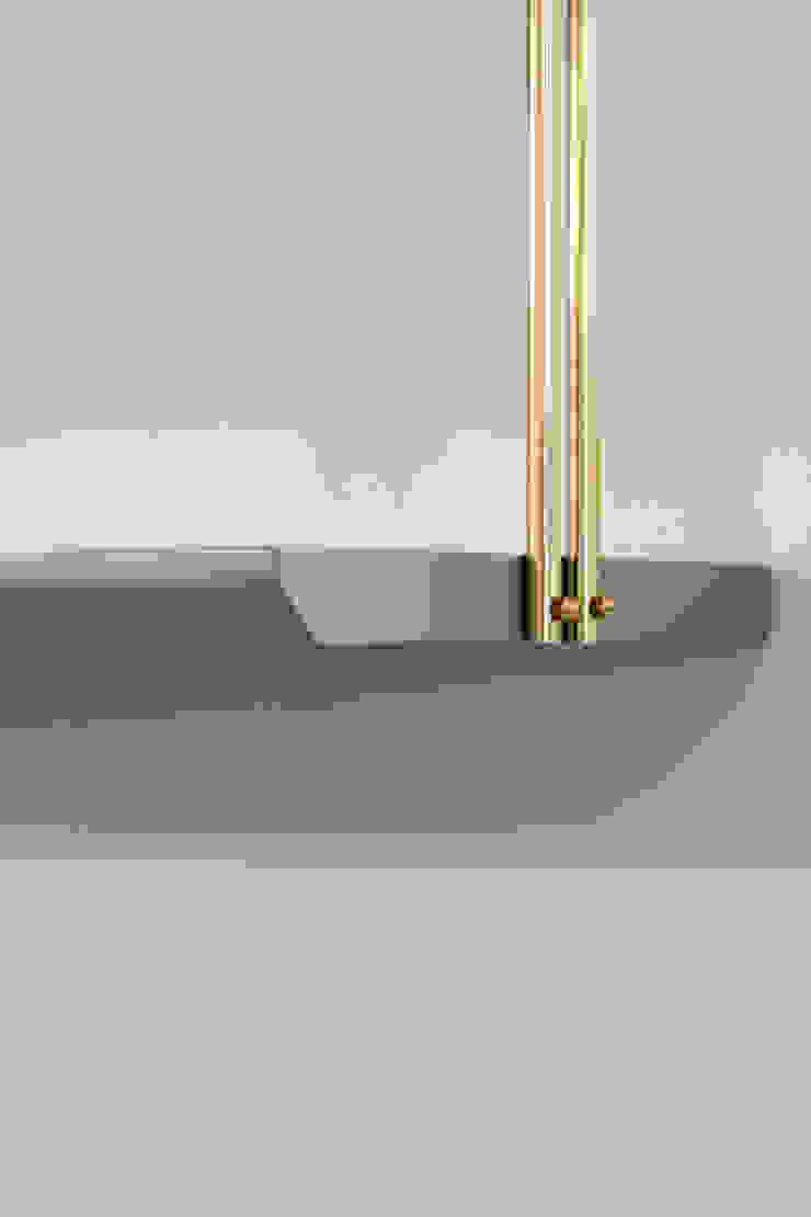 Dettaglio delle mensole sospese sopra la TV, in legno laccato e ottone di PLUS ULTRA studio Eclettico
