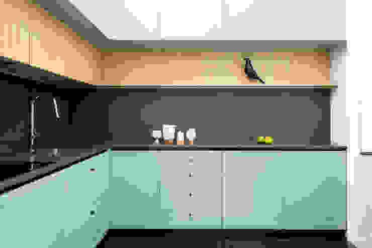 La cucina a L disegnata su misura con doppia fila di pensili di PLUS ULTRA studio Eclettico