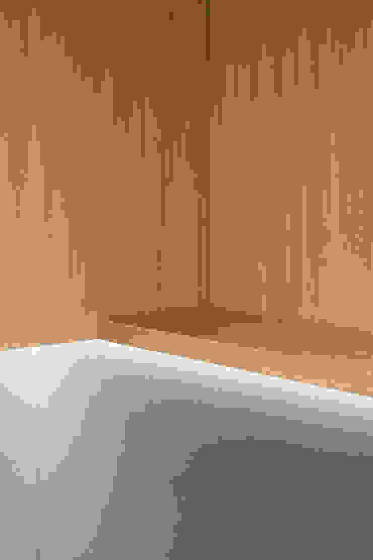 Dettaglio dell'illuminazione integrata nei pensili e nelle mensole in rovere di PLUS ULTRA studio Eclettico