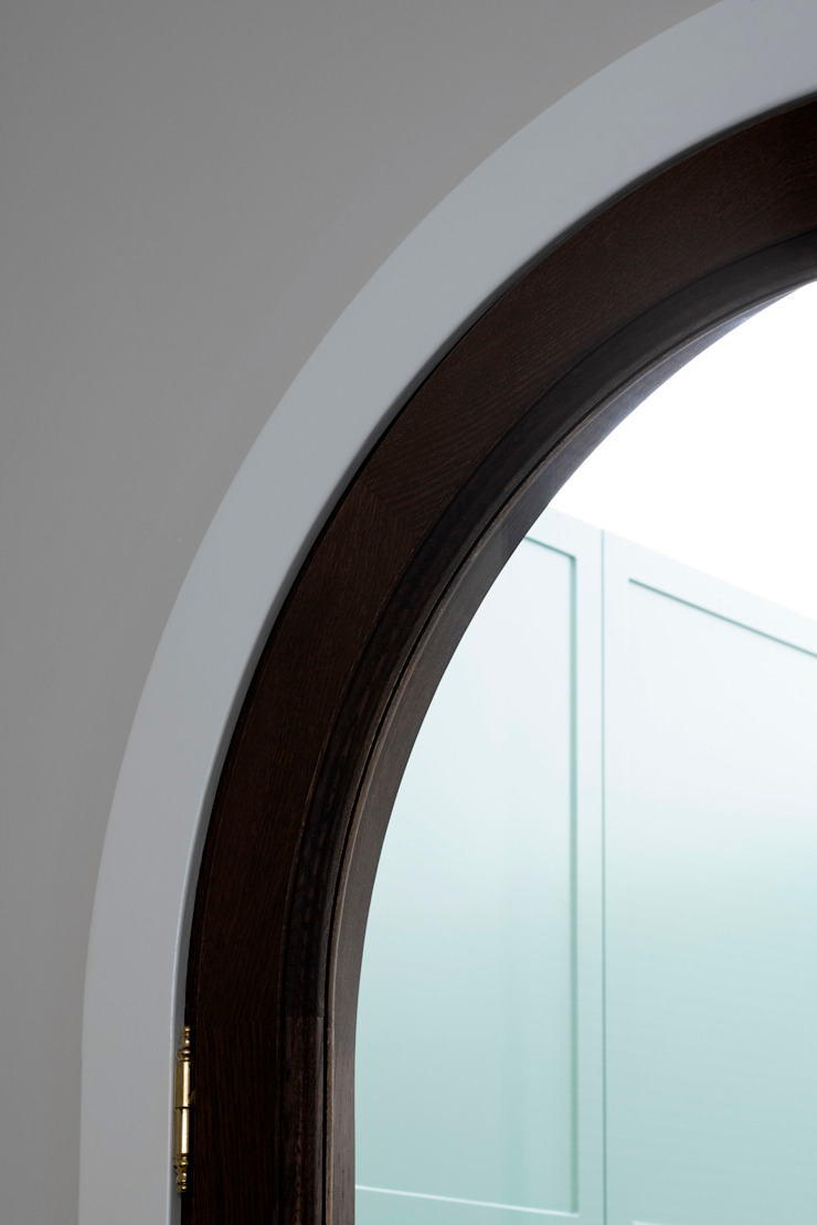 Dettaglio della porta a vetri realizzata su disegno in rovere tinto di PLUS ULTRA studio Eclettico