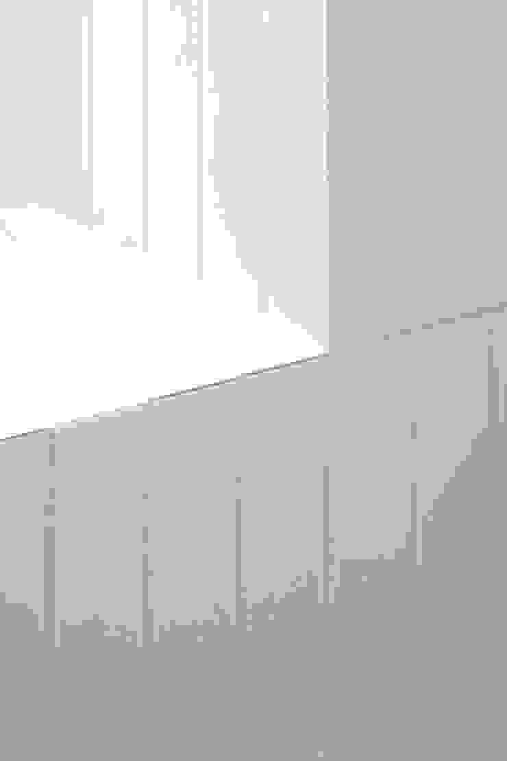 Dettaglio della zona doccia, rivestita in ceramica bianca Bagno eclettico di PLUS ULTRA studio Eclettico Ceramica