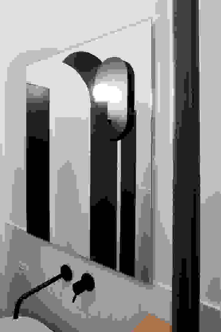 Dettaglio dello specchio con illuminazione di PLUS ULTRA studio Eclettico