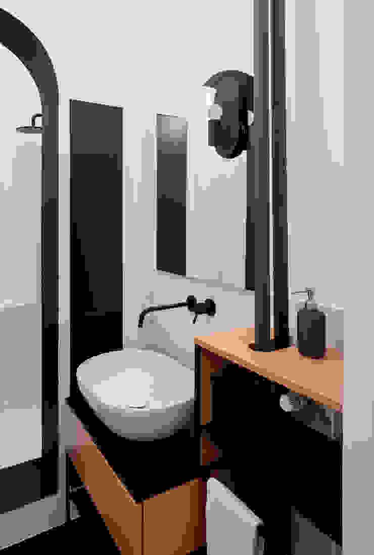 Vista del bagno con arredo lavabo su misura e doccia separata da un arco Bagno eclettico di PLUS ULTRA studio Eclettico