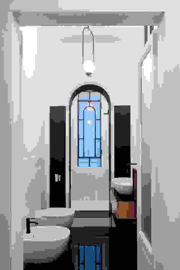 Il bagno con doccia divisa da un arco Bagno eclettico di PLUS ULTRA studio Eclettico