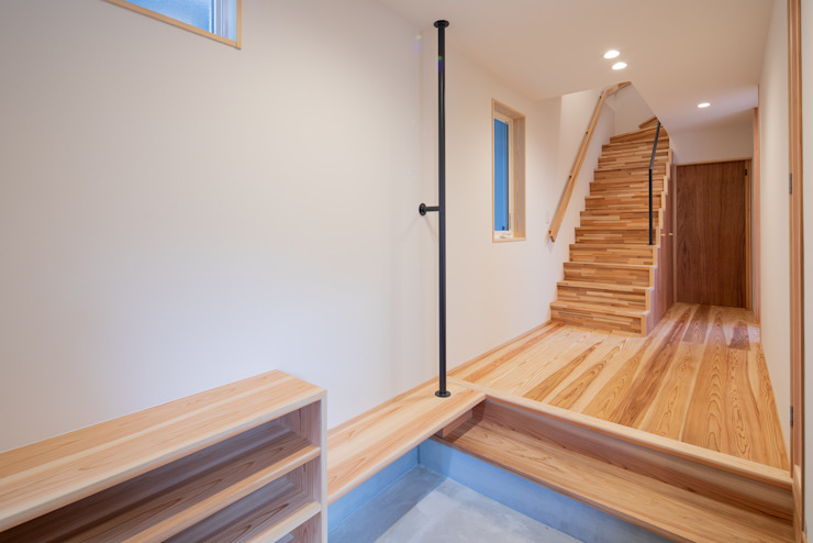 Modern corridor, hallway & stairs by 一級建築士事務所 想建築工房 Modern Wood Wood effect