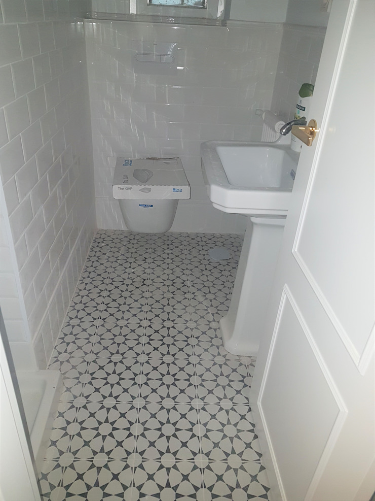 suelo decorado en baño clásico O. R. Group Baños de estilo clásico