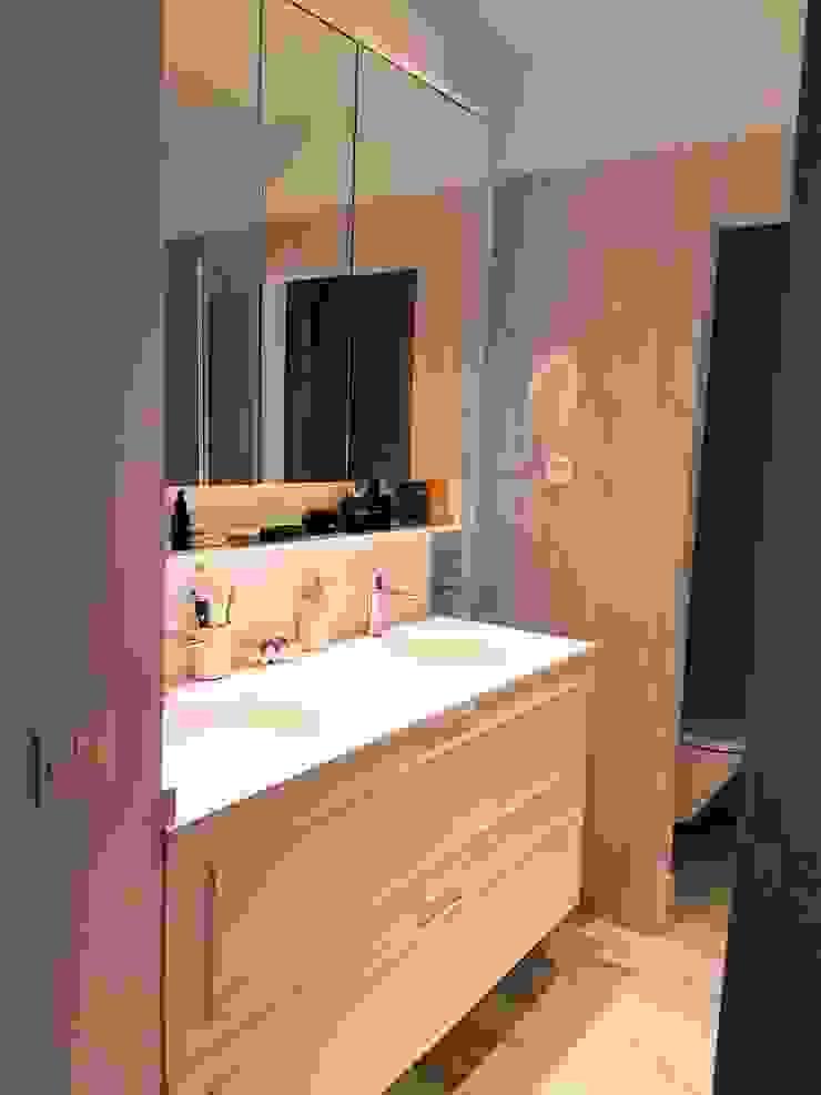 Cuarto de baño con gran mueble a medida O. R. Group Baños de estilo clásico