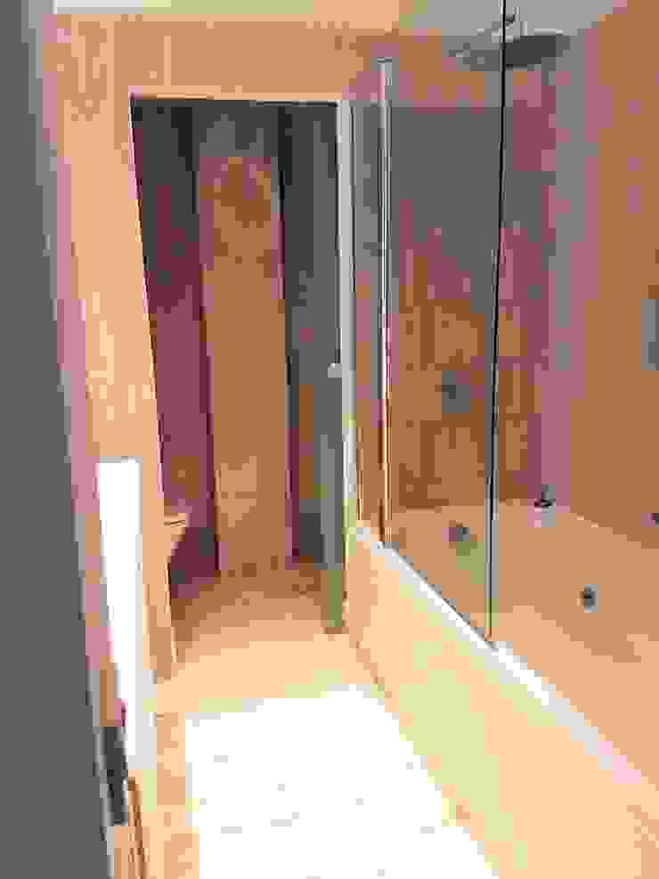 Baño con bañera para que tengas un rato de relax. Quieres, a que si? O. R. Group Baños de estilo clásico