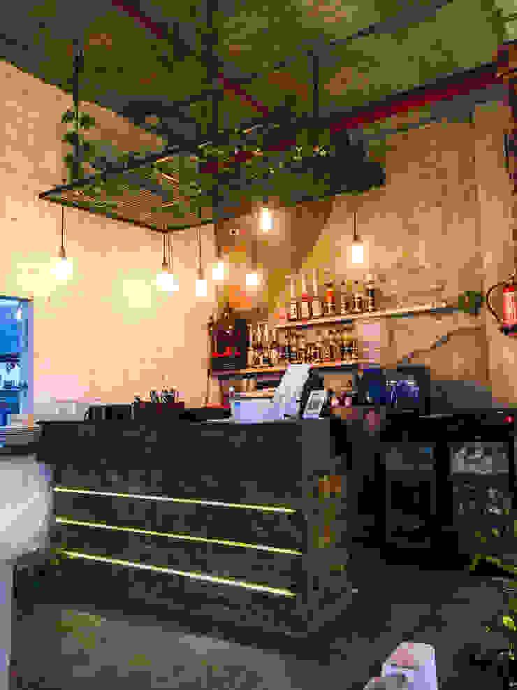 CAFE NOIDA Eagle Decor Balconies, verandas & terraces Furniture
