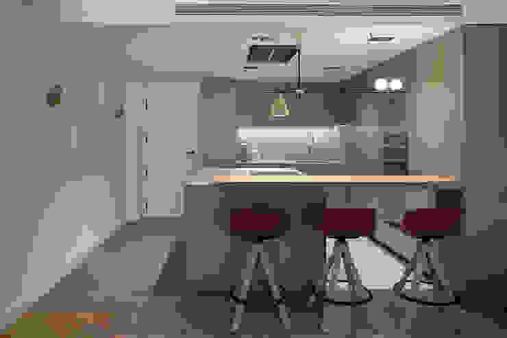 Cocina con el recibidor integrado de MANUEL GARCÍA ASOCIADOS Moderno