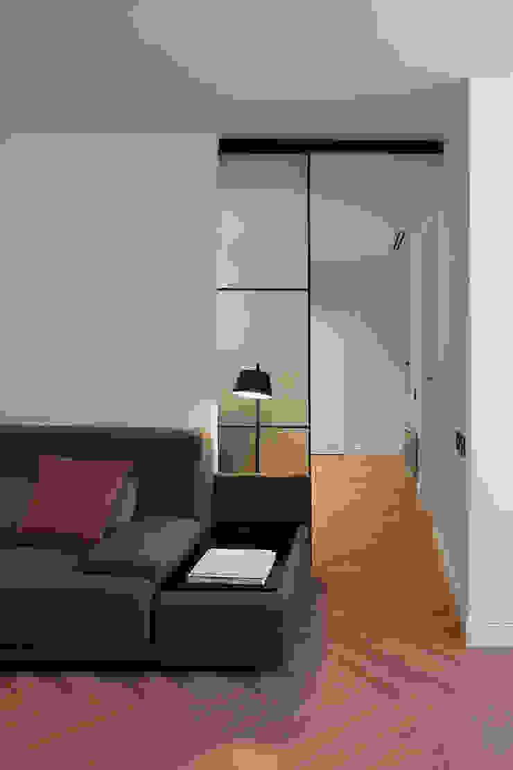 Entrada a la zona del estudio Salones de estilo moderno de MANUEL GARCÍA ASOCIADOS Moderno