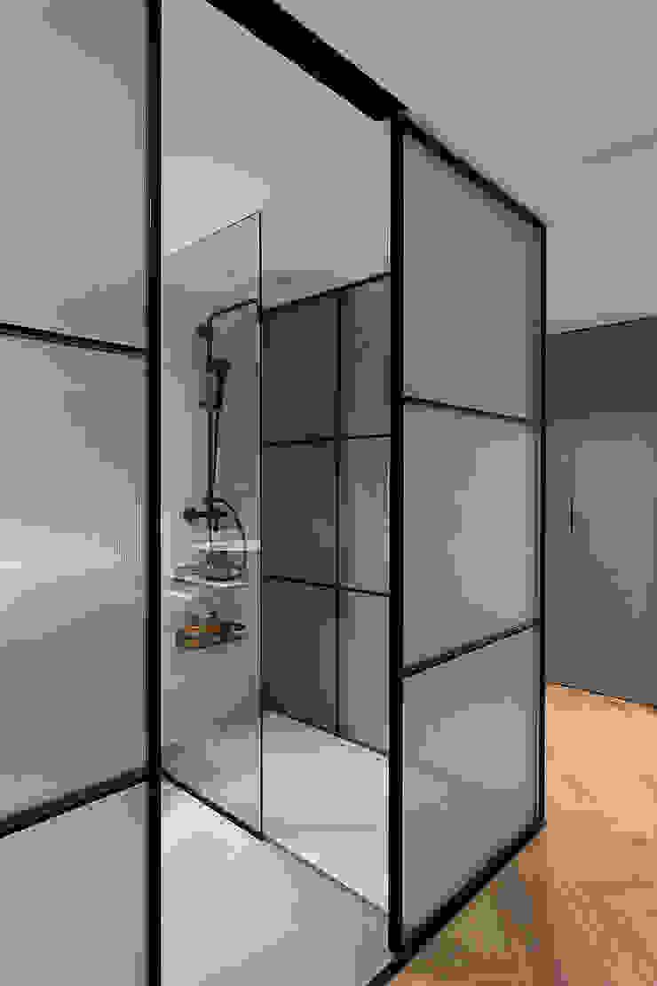 Dormitorio principal con baño integrado Baños de estilo moderno de MANUEL GARCÍA ASOCIADOS Moderno