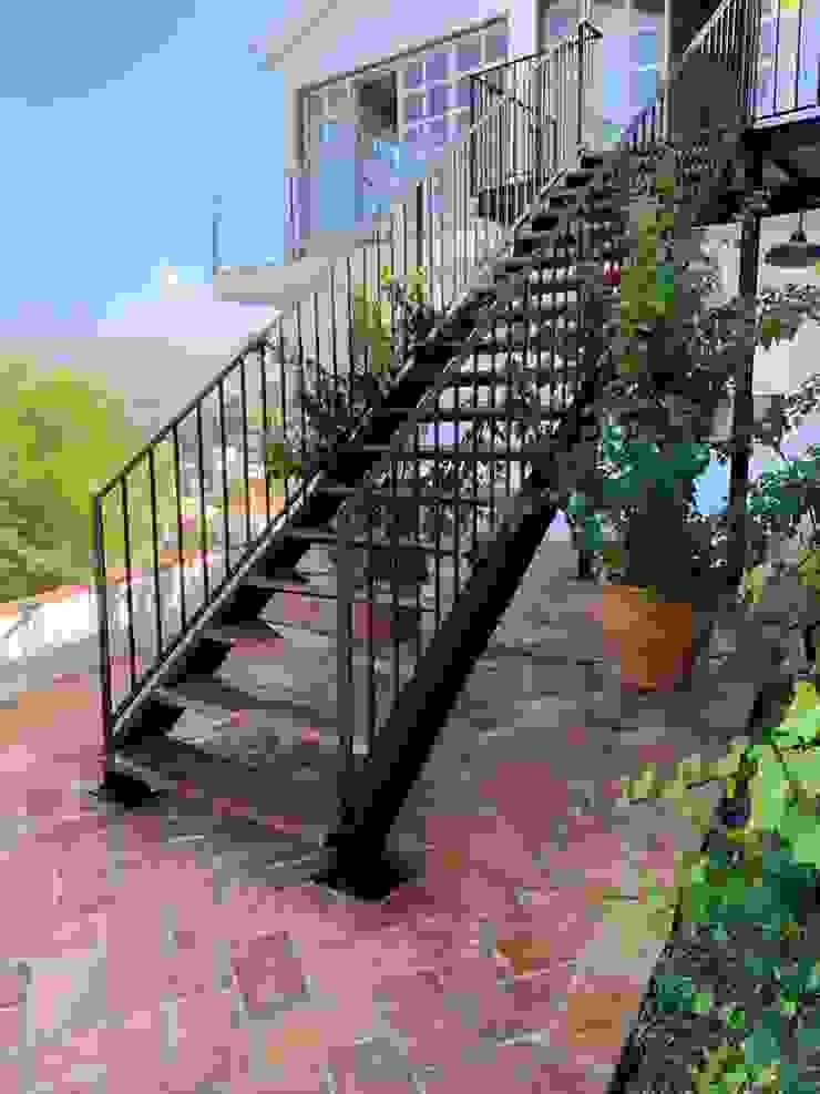 Varandas, alpendres e terraços mediterrâneo por Anticuable.com Mediterrâneo Tijolo