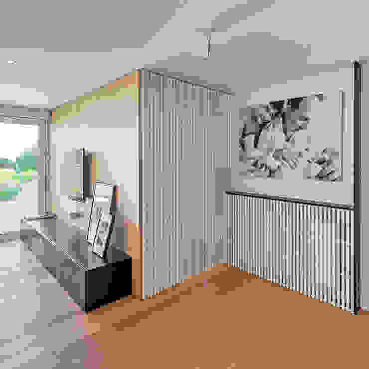 La puerta de acceso al dormitorio principal Salones de estilo moderno de MANUEL GARCÍA ASOCIADOS Moderno