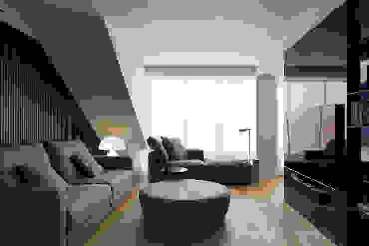 Vista frontal al salón con el contenedor exento Salones de estilo moderno de MANUEL GARCÍA ASOCIADOS Moderno