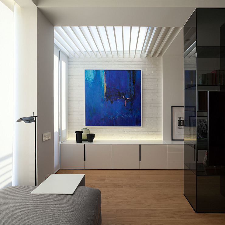 Techo en la zona de estudio con la luz indirecta Salones de estilo moderno de MANUEL GARCÍA ASOCIADOS Moderno