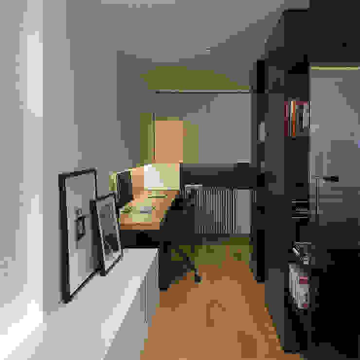 Zona de estudio con librería Estudios y despachos de estilo moderno de MANUEL GARCÍA ASOCIADOS Moderno