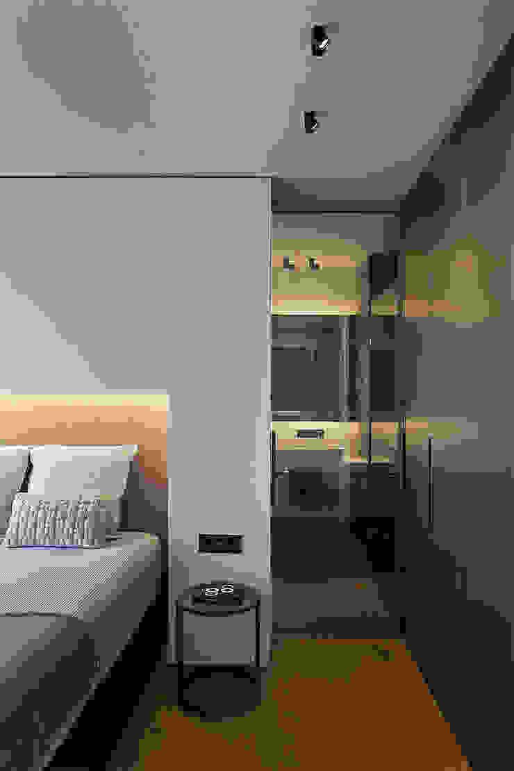 Dormitorio principal con la entrada al baño Dormitorios de estilo moderno de MANUEL GARCÍA ASOCIADOS Moderno