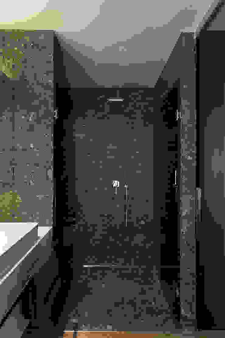 Ducha en el baño de dormitorio principal Baños de estilo moderno de MANUEL GARCÍA ASOCIADOS Moderno