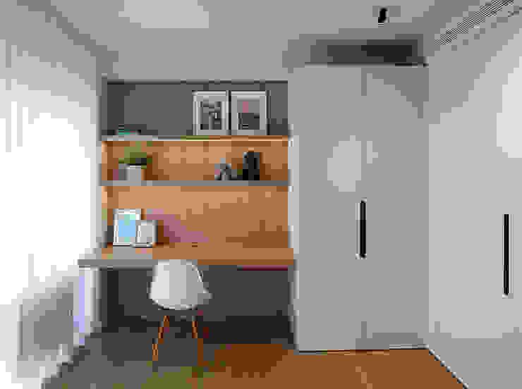 Dormitorio juvenil con la mesa volada de MANUEL GARCÍA ASOCIADOS Moderno