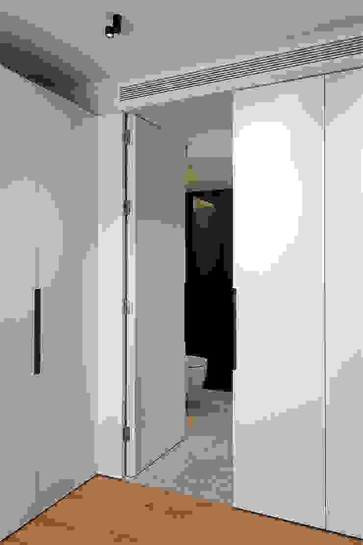 Entrada al baño integrado en el dormitorio juvenil Baños de estilo moderno de MANUEL GARCÍA ASOCIADOS Moderno