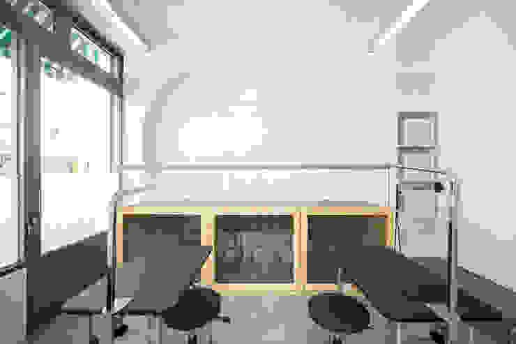 沐遇寵物沙龍 Mu Pet Salon | 寵物等待區 有隅空間規劃所 Commercial Spaces Tiles White
