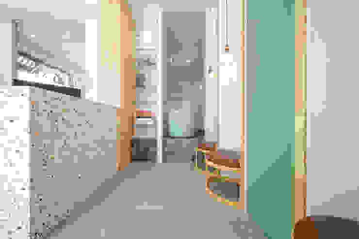 沐遇寵物沙龍 Mu Pet Salon | 沐浴區與候位區交界 有隅空間規劃所 Commercial Spaces Tiles Multicolored