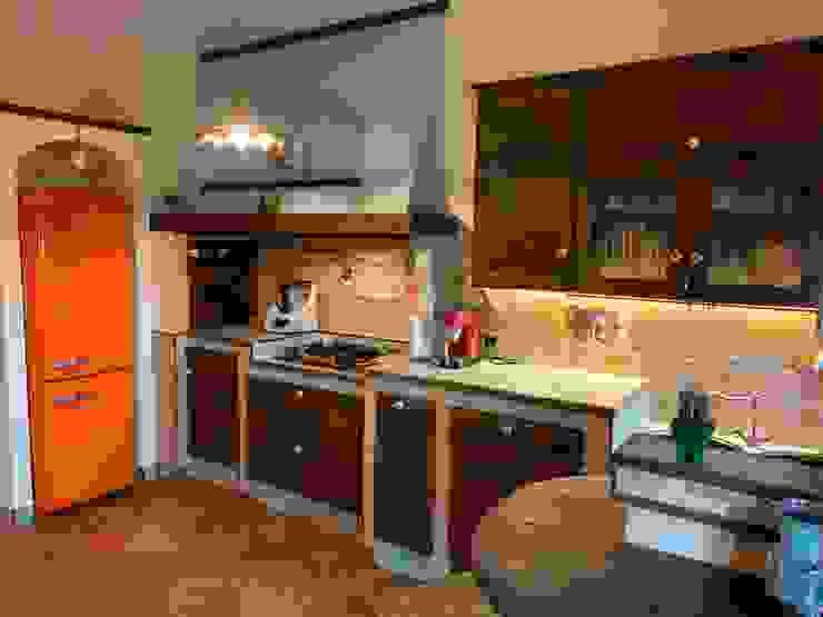 Cucina in castagno piallato a mano di il falegname di Diego Storani Rustico Legno massello Variopinto