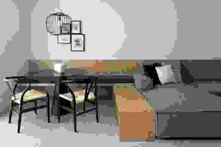 Mesa de comedor con el banco de madera MANUEL GARCÍA ASOCIADOS Comedores de estilo moderno
