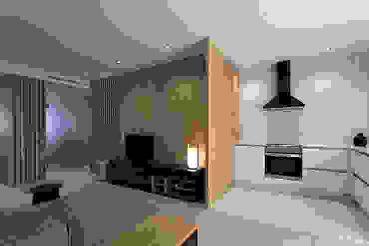 Vista del salón y cocina MANUEL GARCÍA ASOCIADOS Cocinas integrales Blanco