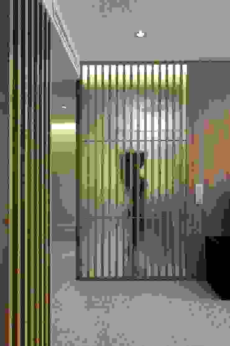 Baño con celosía de madera MANUEL GARCÍA ASOCIADOS Baños de estilo moderno