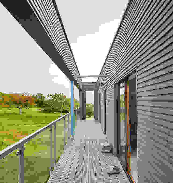 House Rushworth: form follows function Baufritz (UK) Ltd. Balcony Wood Grey