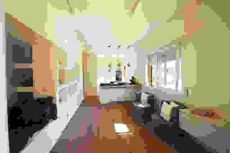 Un ampio open space BB1 LABORATORIO DI ARCHITETTURA & DESIGN Soggiorno moderno Ceramica Bianco