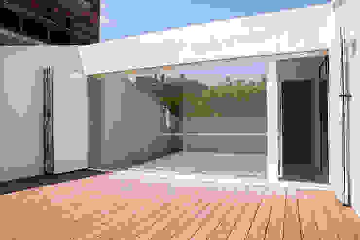 CABRÉ I DÍAZ ARQUITECTES Minimalist balcony, veranda & terrace Beige