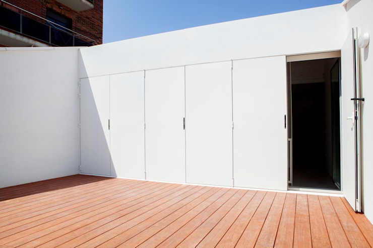 CABRÉ I DÍAZ ARQUITECTES Minimalist balcony, veranda & terrace White