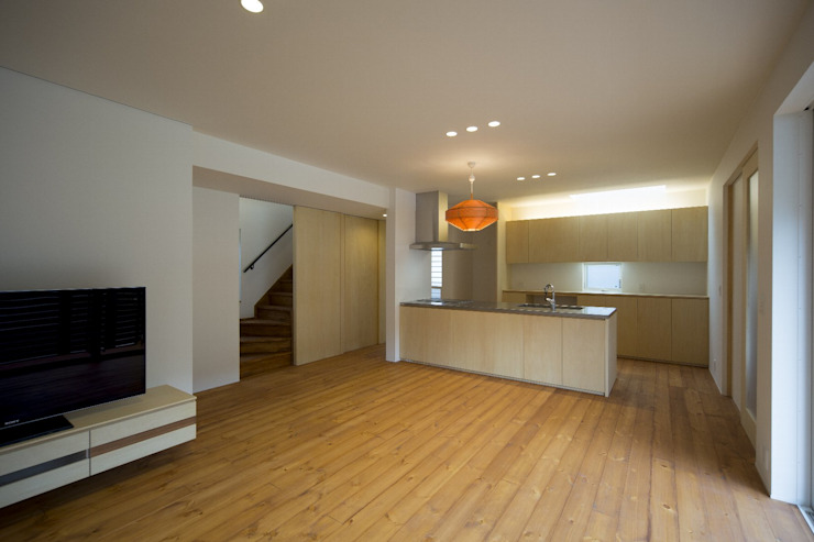 Modern living room by 一級建築士事務所 想建築工房 Modern