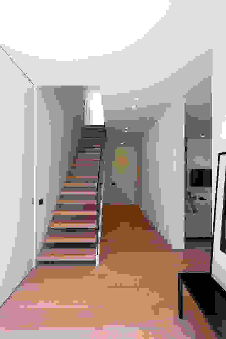 Distribuidor con la escalera MANUEL GARCÍA ASOCIADOS Escaleras Blanco
