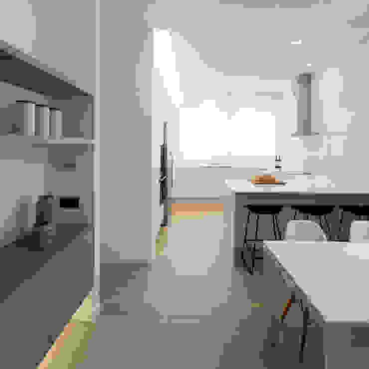 Cocina con la barra y zona de comedor MANUEL GARCÍA ASOCIADOS Cocinas integrales Blanco