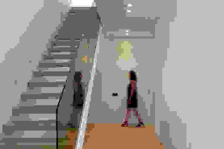 Escalera con la barandilla de cristal parsol bronce MANUEL GARCÍA ASOCIADOS Escaleras Blanco