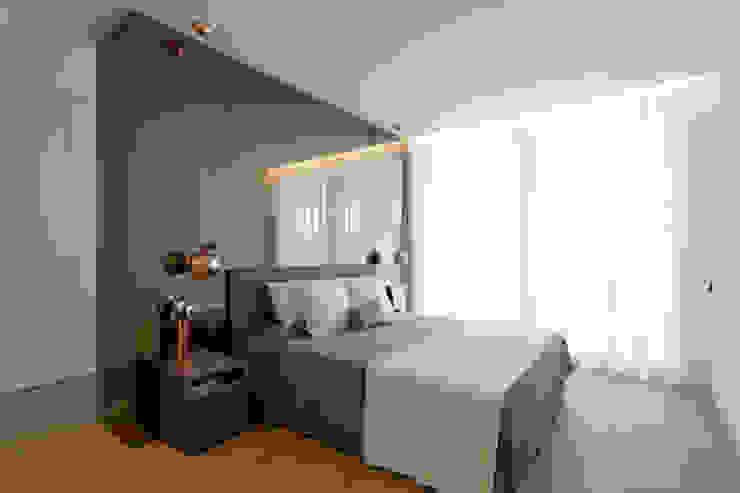 Dormitorio principal con el volumen de espejo bronze MANUEL GARCÍA ASOCIADOS Dormitorios de estilo moderno