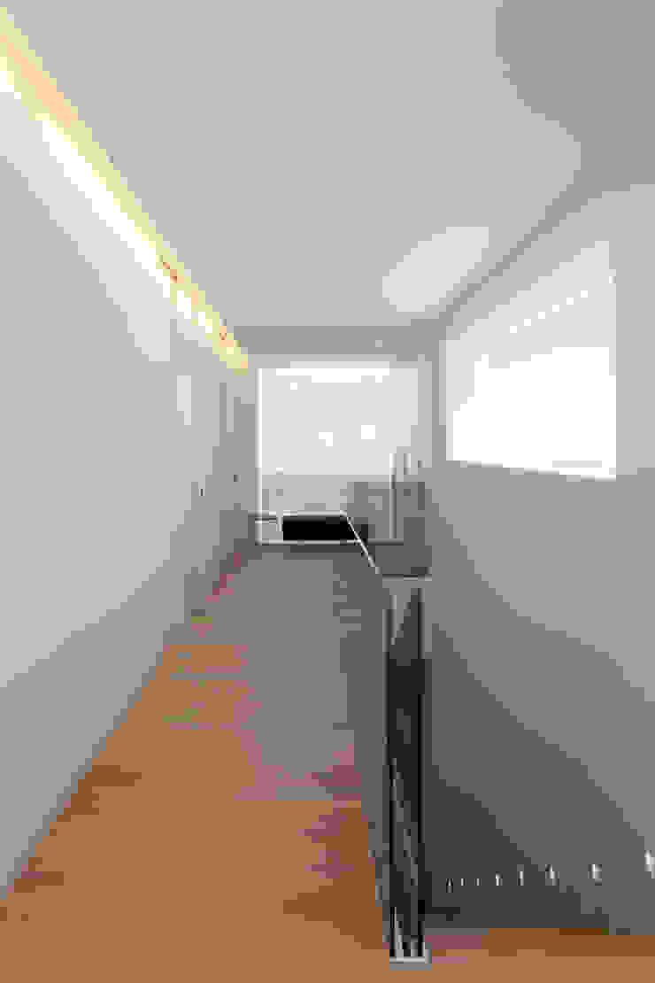Recibidor de la planta superior MANUEL GARCÍA ASOCIADOS Pasillos, vestíbulos y escaleras de estilo moderno Blanco