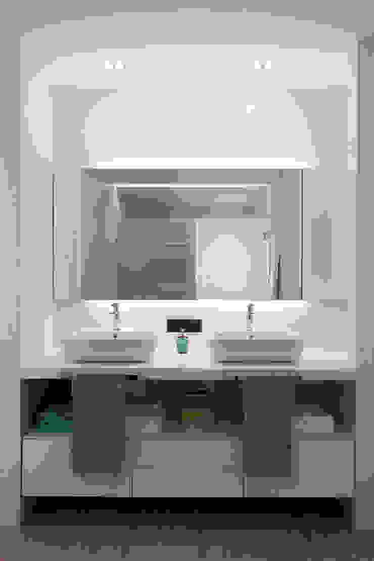 Baño compartido por dos habitaciones juvenil MANUEL GARCÍA ASOCIADOS Baños de estilo moderno Blanco