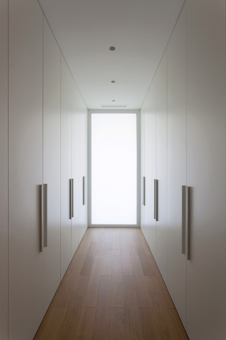 Vestidor con la ventana de suelo a techo MANUEL GARCÍA ASOCIADOS Vestidores de estilo moderno Blanco