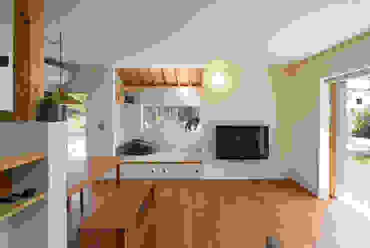 居間食堂と小上がりスペース モダンデザインの リビング の 松原建築計画 一級建築士事務所 / Matsubara Architect Design Office モダン